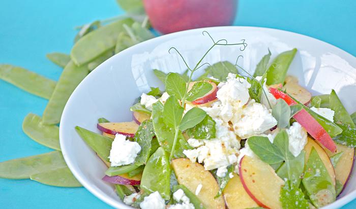 Salat mit Zuckerschoten und Nektarinen