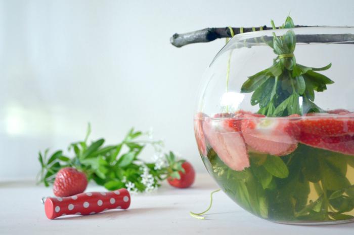 Maibowle mit Waldmeister und Erdbeeren